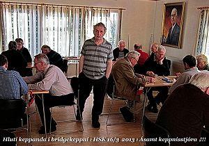 Hluti keppenda á HSK móti eldri borgara 2013, ásamt Brynjólfi keppnisstjóra